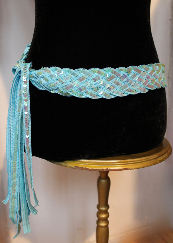 Gevlochten riem / ceintuur met pailletten versiering LICHT BLAUW - Sequinned braided belt LIGHT BLUE