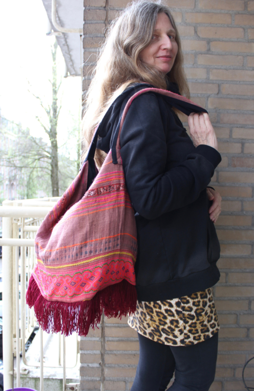 Lichtgewicht Boho hippie chic Ibiza tas BORDEAUX, VIEUX ROSE, ROZE TINTEN met multicolor kruissteek handwerk  en franjes onderaan - Extra Large - Lightweight Bohemian Ibiza Bag BURGUNDY, SHADES OF PINK with fringe bottom and handycraft multicolor