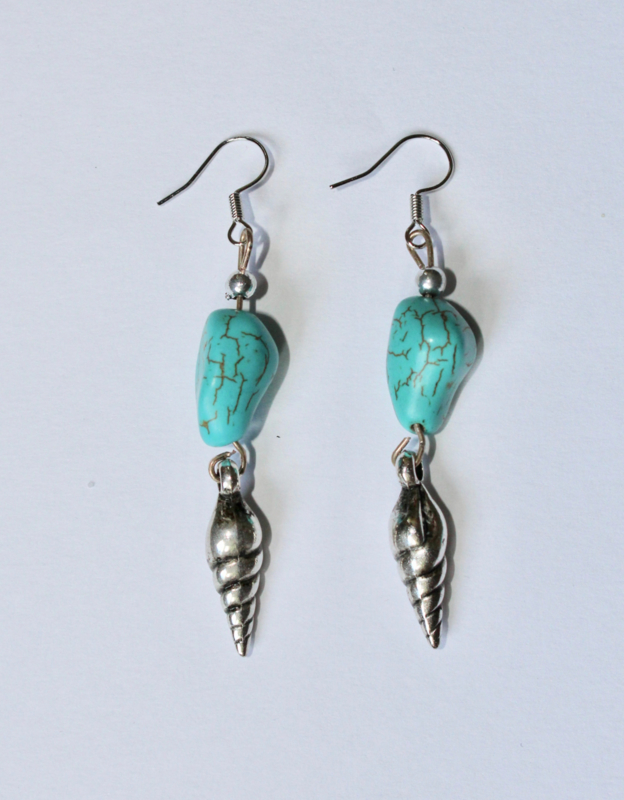 Bohemian TURQUOISE oorbellen met ZILVER kleurig schelp hoorntje - Boho TURQUOISE earrings with SILVER colored shell