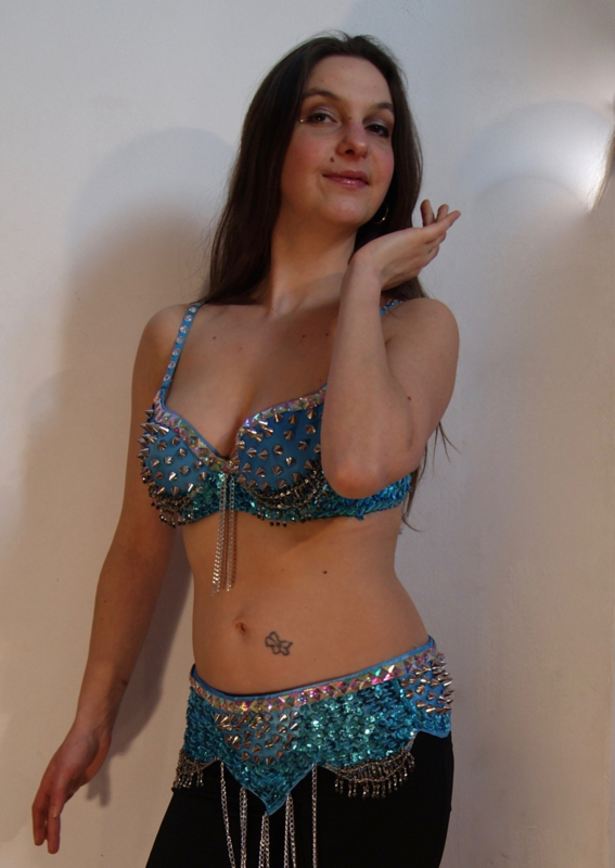 Tribalicious : 2-delig Tribal setje met spijker versiering + studs, TURQUOISE ZILVER - Tribalicious : 2-piece set sequinned Bra + hipbelt with studs and chains TURQUOISE SILVER