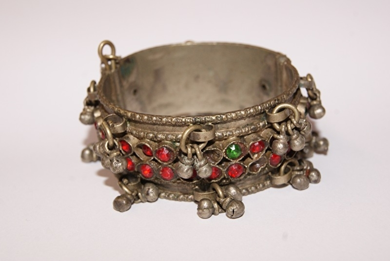 Tribal fusion armband OUD ZILVER KLEUR met belletjes en rode steentjes ingelegd - Tribal fusion bracelet OLD SILVER color, with red stones inlay