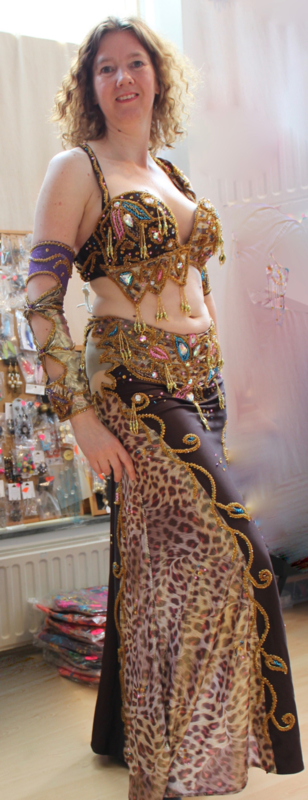 Egyptisch cabaret bellydance kostuum 6-delig met smalle rok ROZE BRUIN,  GOUD, MULTICOLOR, JUNGLE PRINT met Swarowsky kristallen - PINK, BROWN, GOLD, MULTICOLOR Egyptian Cabaret style bellydance costume with one slit straight skirt, Rhinestone crystals