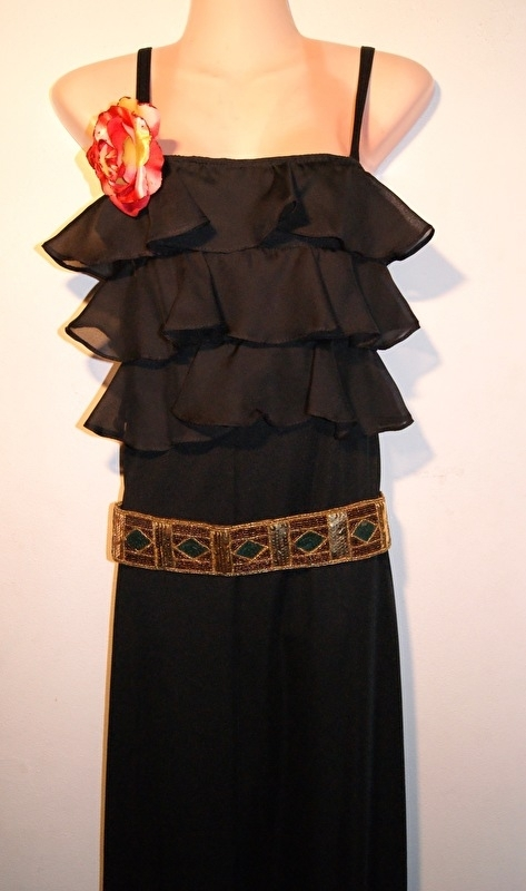 ZWARTE lange avondjurk met 3 stroken / volants aan de bovenkant - 36-38 - BLACK long evening dress, with 3 ruffles at the top