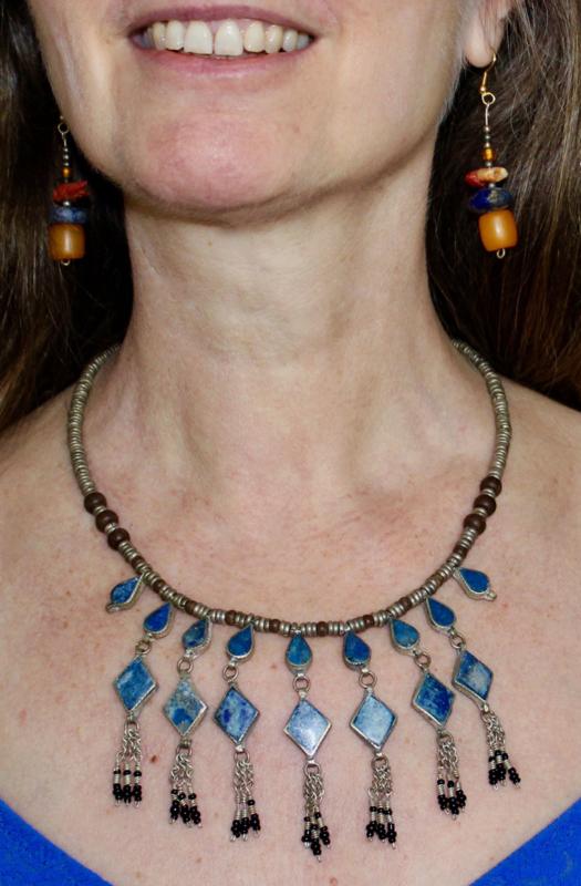 Tribal Fusion Kuchi Halssnoer zilverkleurige kralen met ruitvormige pendantjes, ingelegd met blauwe lapis lazuli stenen - TrH4 - Cushi necklace with pendants, with lapis lazuli blue stones inlay