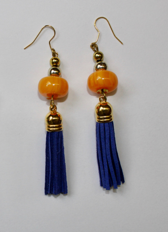 Oorbellen met BLAUWE kwasten, GOUDEN accenten en AMBER GELE sierkralen - Earrings with BLUE tassels, GOLDEN accents and AMBER colored decorative beads