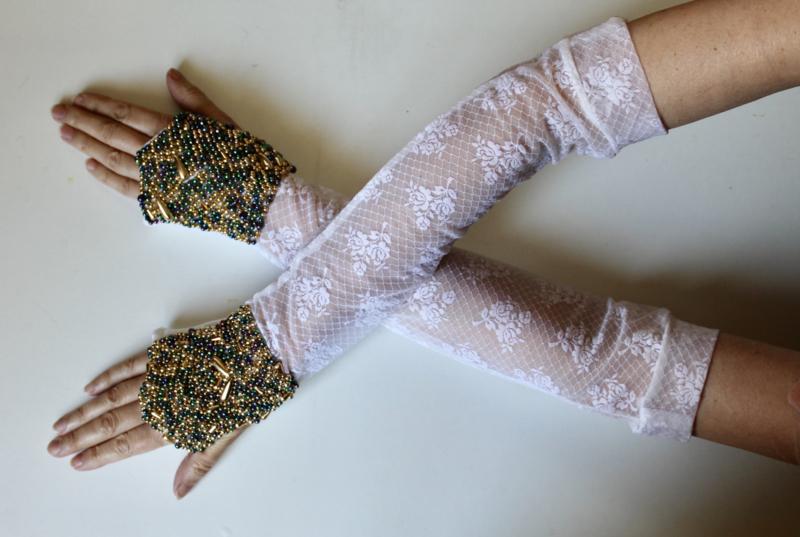 Handschoenen WIT kant met OLIEKLEURIGE en GOUDEN kralen versiering - Small Medium - Bellydance gloves GOLDEN and OIL COLORED beads  decorated