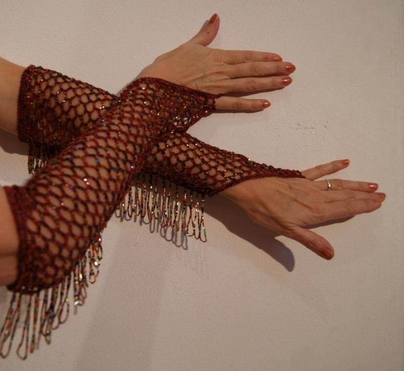 Handschoenen ROODBRUIN gehaakt met MULTICOLOR kralen en kralenfranje - 1 pair of crocheted knitted, beaded bellydance Burlesque gloves REDBROWN, MULTICOLOR beads and fringe decorated