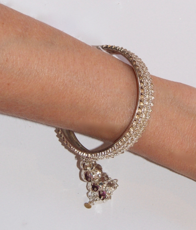 Indiase armband ZILVER kleurig subtiel versierd + bedeltje met lovertjes - nr A4 -  diameter 6,8 cm -  Indian bracelet SILVER colored subtle decoration  + sequinned charm