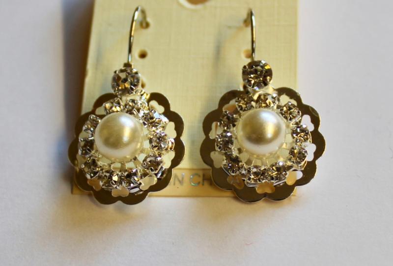 Parel oorbellen met glitter en bloem motief - Pearl earrings, glitter decorated, with flower design