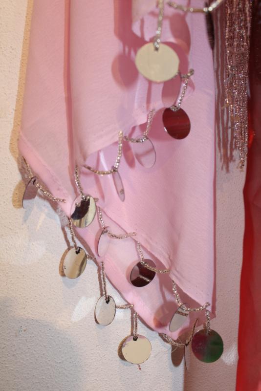 LICHT ROZE chiffon SLUIER : rechthoekig, zilveren pailletten en kralen - 85 cm x 180 cm -LIGHT PINK rectangular chiffon veil, SILVER sequins and coins rimmed - Voile rectangulaire chiffon ROSE CLAIRE