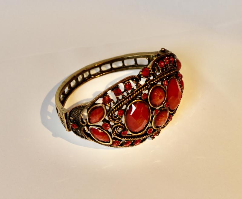Glitter armband met 4 RODE accent stenen op GOUD kleurig frame - Glitter bracelet 4 RED (artificial) stones on GOLDEN frame