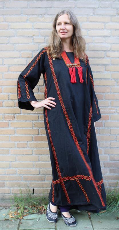 Egyptische Folklore jurk uit de Sinai woestijn ZWART, met ROOD borduursel en GOUDEN muntjes - Egyptian Sinai Folk dress BLACK, RED handycraft embroidered