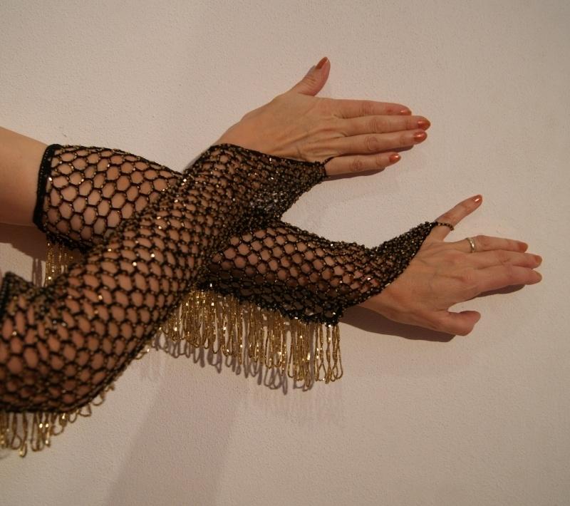 Handschoenen gehaakt ZWART met GOUDEN kralen - 1 pair of bellydance Burlesque gloves BLACK, GOLDEN beads and fringe decorated
