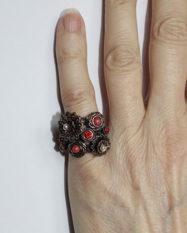 Ring KOPER GOUD kleurig ingelegd met steentjes ROOD en WIT TRANSPARANT in bloemen versiering - diameter 15.50 mm , size 48/49 - Ring BRASS GOLD colored with RED and WHITE TRANSPARENT  stones inlaid in flowers