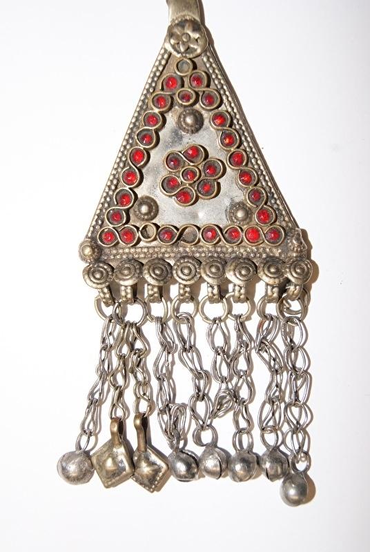 Pendant driehoek vorm met RODE geslepen glaskralen en achten ingelegd - Vintage Pendant8 - Pendant triangle with RED glass beads and figure 8 inlay