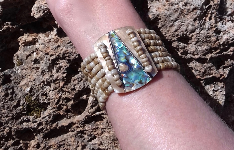 "Elastische Kraaltjes armband Ibiza stijl ingelegd met abelone parelmoer kleuren : TURQUOISE BLAUW, GROEN, GOUD ' Zeekleuren '  - Elastic Beaded bracelet Ibiza fashion style with Abelone shell mother of pearl ""Seacolors"" inlay  TURQUOISE BLUE, GREEN, GOLD"