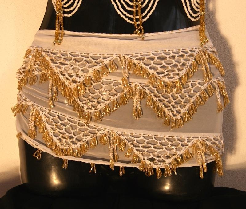 Kralengordel met haakwerk wit chiffon met gouden kralen - Crocheted beaded belt on white chiffon with golden beads