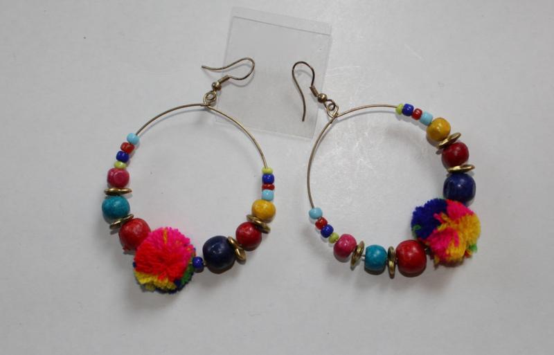 Lichtgewicht ring oorbellen met kraaltjes en MULTICOLOR pompons - diameter 5 cm - Lightweight earrings with beads and MULTICOLORED pom poms