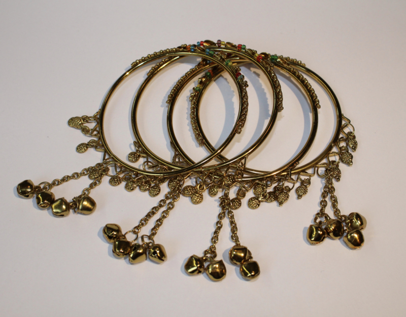 4 Indiase bedel armbandjes GOUD kleurig versierd met MULTICOLOR steentjes - Small/Medium diameter 6,2 cm - 4 GOLDEN Indian charm bracelets with MULTICOLOR decoration