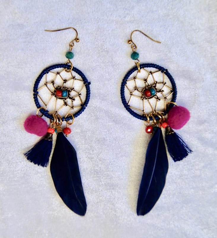 Dreamcatcher oorbellen met zwart veertje, fuchsia bolletje en gekleurde kraaltjes -  O11 - Dreamcatcher earrings with black feather, bright pink ball and multicolored beads
