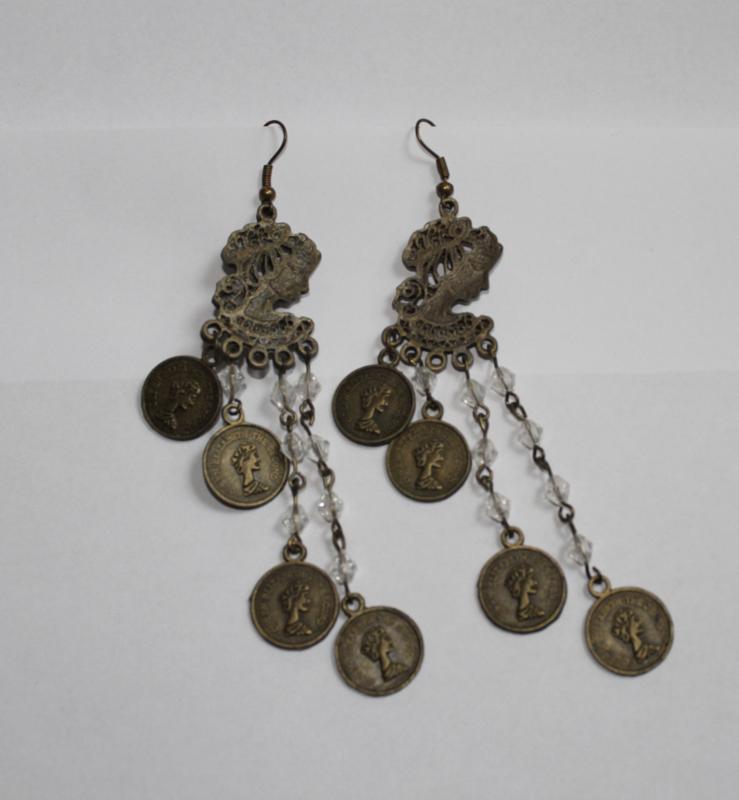 Oorbellen KOPER kleurig, met  vrouwen portretje en muntjes aan kettingkjes - 1 pair of lightweight earrings BRASS color with womans portrait and coins, attached to chains