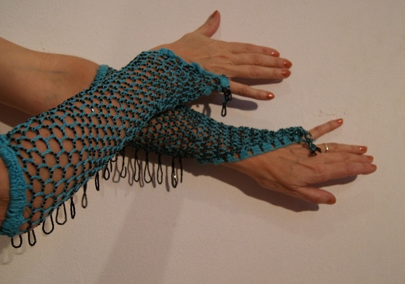 Handschoenen gehaakt TURQUOISE BLAUW met ZWARTE kraaltjes - H5-1 - Crocheted knitted beaded gloves TURQUOISE BLUE, BLACK beads and fringe decorated