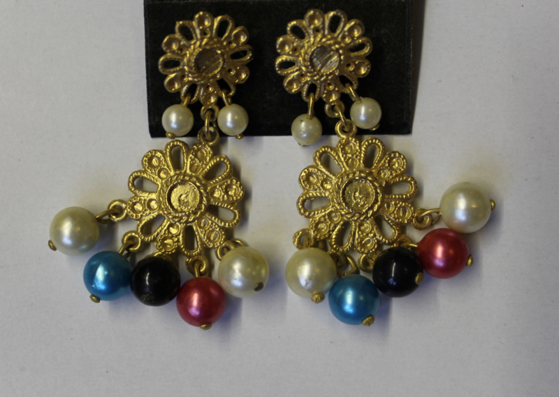 Oorbellen met stekertjes, GOUDEN bloemen, namaak parels WIT, TURQUOISE, ZWART, ROOD - Earrings GOLDEN FLOWERS with imitation pearls WHITE, BLACK, BLUE, RED