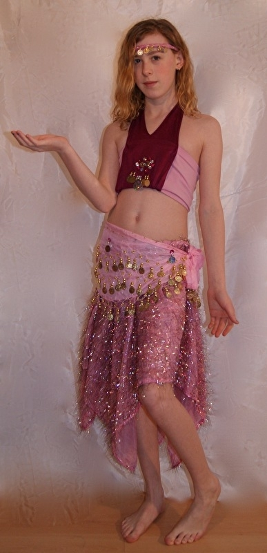 Uniek Buikdanskostuum licht en donker ROSE ROZE met muntjes en maantjes meisjes 4-delig : topje + hoofdbandje + gordeltje + rokje (8-12 jaar) - 4-piece One of a kind Bellydance costume for girls 8-12 years old  PINK : headband + top + belt + skirt