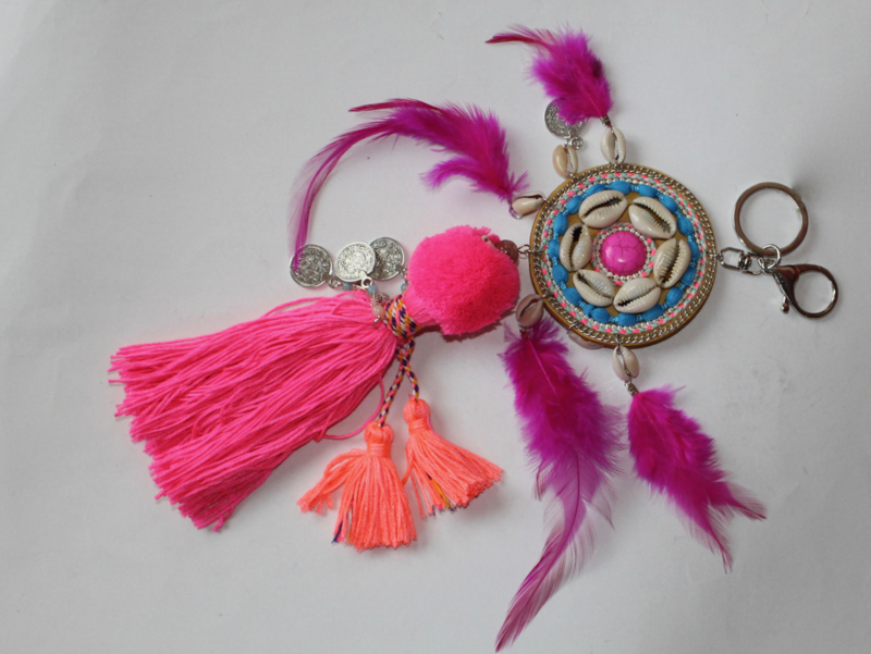 Sleutelhanger FLUO FUCHSIA met ORANJE met kwasten, veertjes en cowry schelpen - XL - Key ring NEON BRIGHT PINK FUCHSIA and ORANGE with tassels, Cowry shells and feathers