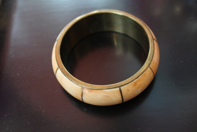 Fairtrade Armband uit Tibet ingelegd met bot in koper - diameter inside 6,6 cm - Fairtrade Bracelet from Tibet : Bone inlay in Brass Bangle