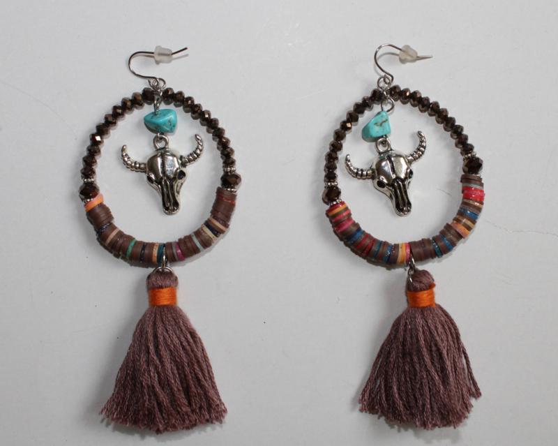 Bohemian oorbellen met kwast, ZILVER kleurige stieren schedel BRUIN TURQUOISE steentje - Bohemian hippy chick earrings with BROWN tassel, SILVER colored bull skull and TURQUOISE bead