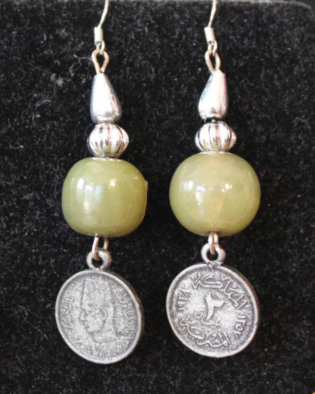 Oorbellen met OLIJF GROENE en ZILVER kleurige kralen en munt - Earrings with OLIVE GREEN and SILVER colored beads and coin