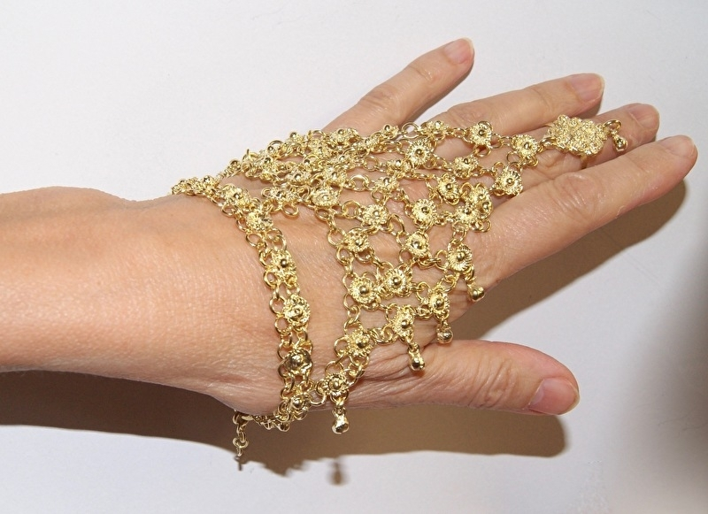 Handsieraad driehoekig met bloemetjes versiering GOUD kleurig (1 ring) en kleine belletjes - one size adaptable - 1-ring triangular hand jewel, flower decorated GOLD color with dangles