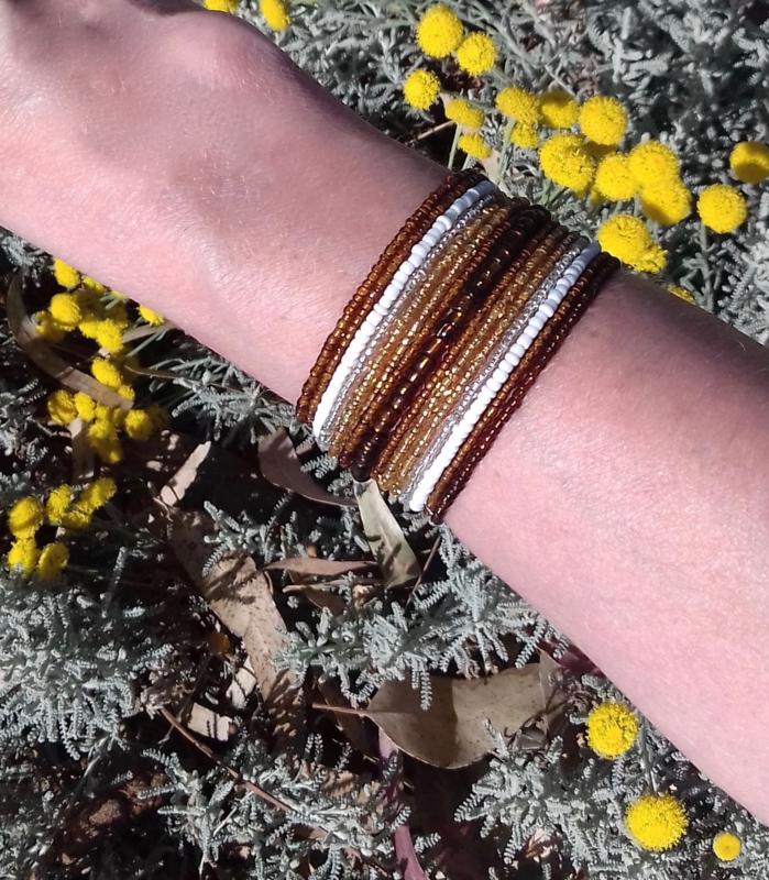Flexibele Kraaltjes armband Ibiza stijl WIT GOUD BRUIN - Flexible Beaded bracelet Ibiza fashion style WHITE GOLD BROWN