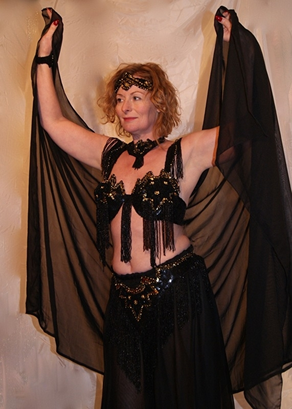 7-delig buikdanskostuum gepailletteerd ZWART GOUD met ronding onder de navel - 7-piece fully sequinned bellydance costume BLACK GOLD rounded at the belly button