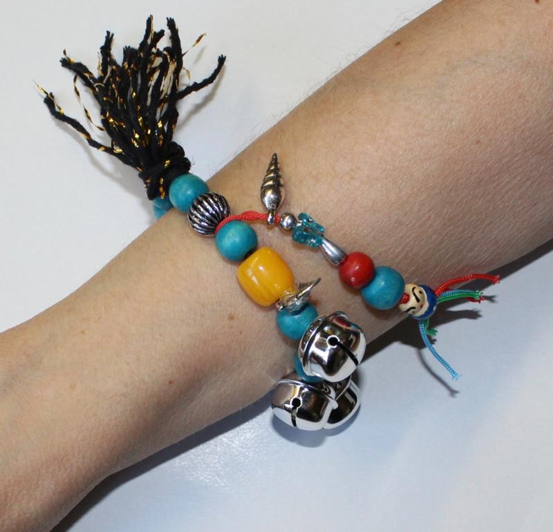 """""""Voel en Geluids"""" Armband nr3 met verschillende soorten grote kralen, kwast en belletje, elastisch- one size - Elastic big beads bracelet to """"touch and listen nr3"""""""