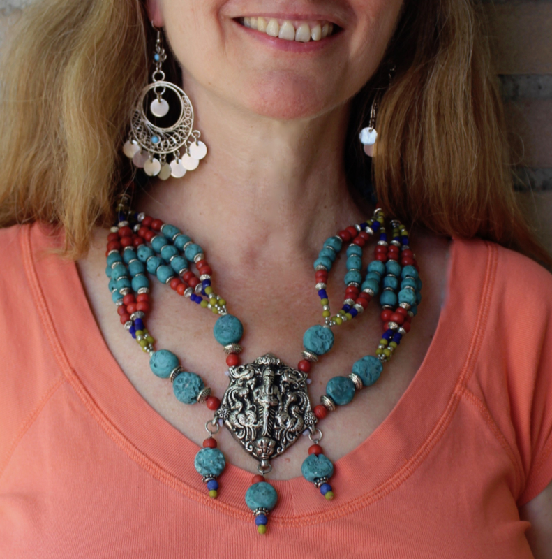 Ganesha hanger, Bohemian hippie chic Halssnoer ZILVER kleurig met ROOD, BLAUW en TURQUOISE kleurige kralen - Necklace Boho6  BLUE Ganesha - Ganesh pendant, Boho hippy chick necklace SILVER colored  with RED, BLUE and TURQUOISE colored beads.