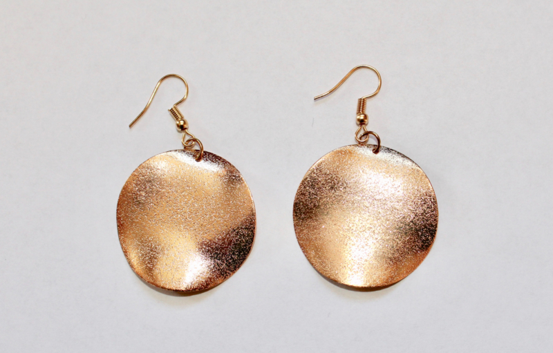 Lichtgewicht Oorbellen Ra gouden cirkels / GOUD kleurig - 3,5 cm diameter - 1 pair of lightweight earrings Ra golden circles / GOLD color