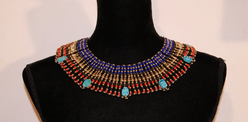 Faraonisch halssnoer met scarabeeën : ZWART, GOUD, ROOD en KONINGS BLAUW-  Hatchepsut Large 1 - Pharaonic  Necklace with Scarabs : BLACK, RED, GOLD and ROYAL BLUE