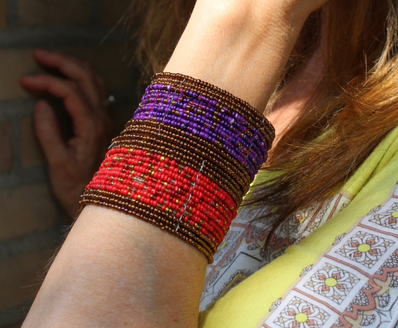 Armband Ibiza hippie chic met mix kleuren kraaltjes PAARS  of ROOD met KOPER kleur - Ibiza hippy chick beaded bracelet with color mix PURPLE or RED, BRASS color rimmed