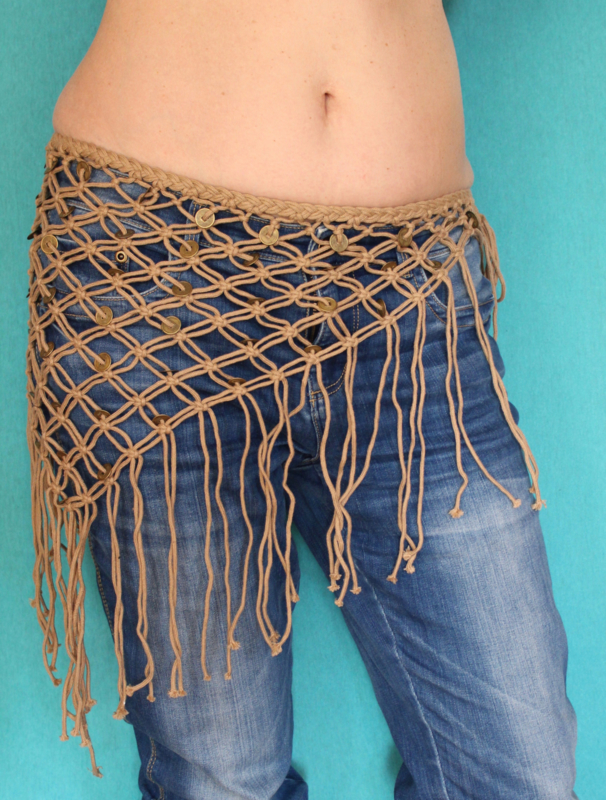 Tribal fusion driehoek geknoopte heupgordel met Tibetaanse muntjes zandkleur beige - Tribal fusion hipbelt SAND COLOR macramé with Tibetan coins for good luck and happiness