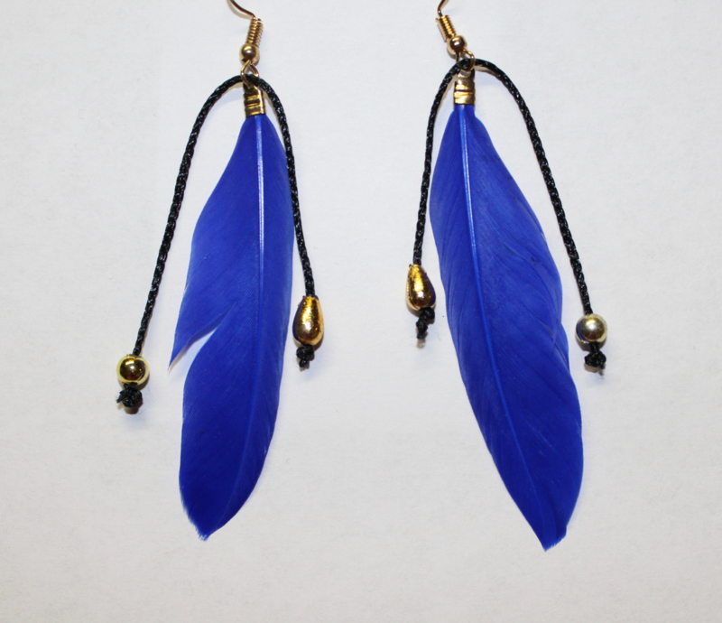 Lichtgewicht Hippie Chic Veertjes oorbellen BLAUW met GOUDEN kraaltjes - Leight weight Hippy Chick Feather earrings BLUE,  with GOLDEN beads