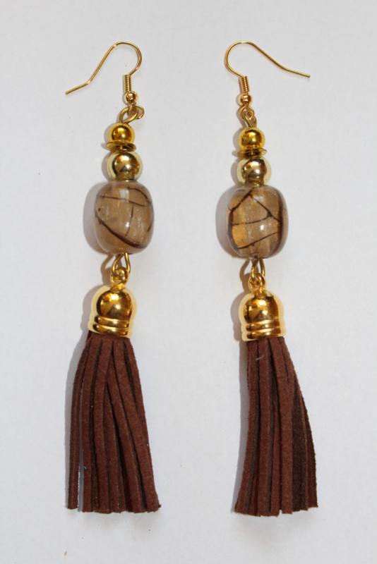 Oorbellen met kwastjes BRUIN met  SIERkraal en GOUDEN accenten -  Earrings with tassels, with BRUIN DECORATIVE bead and GOLDEN accents