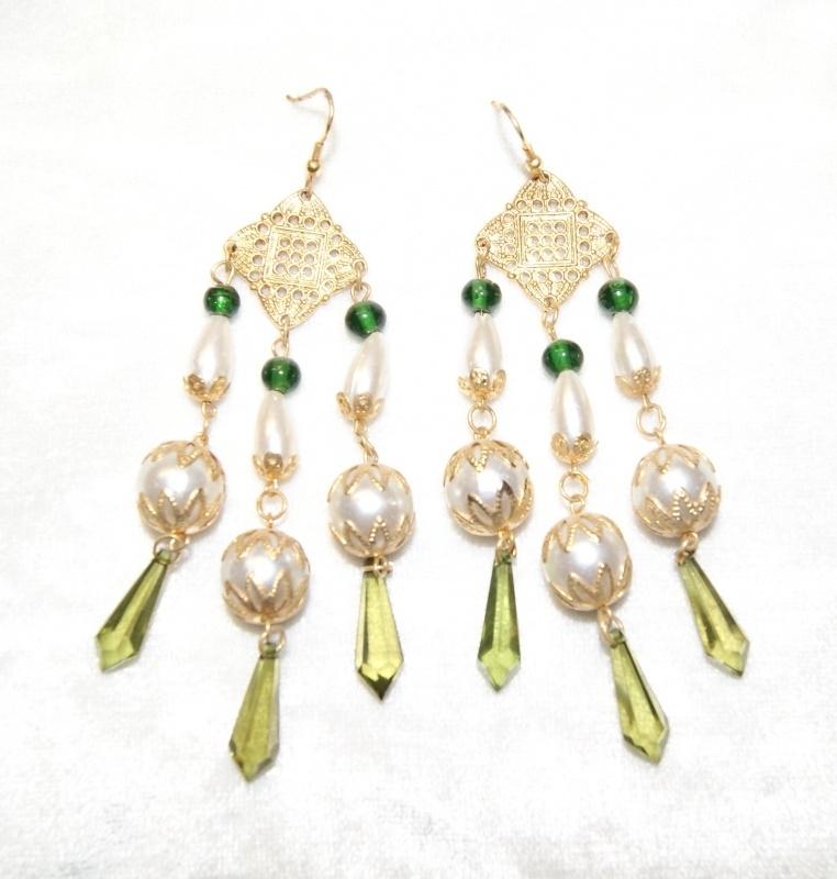Oorbellen met gouden versiering, groene kralen, parels en kristallen druppels