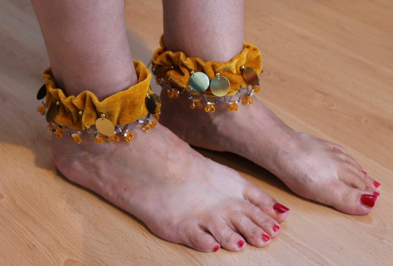 1 paar GOUD GEEL fluwelen enkelbandjes / Bovenarm bandjes met gouden muntjes en kraaltjes versiering - 1 pair of Anklets / upper arm bracelets GOLDEN velvet, GOLDEN beads and coins decorated