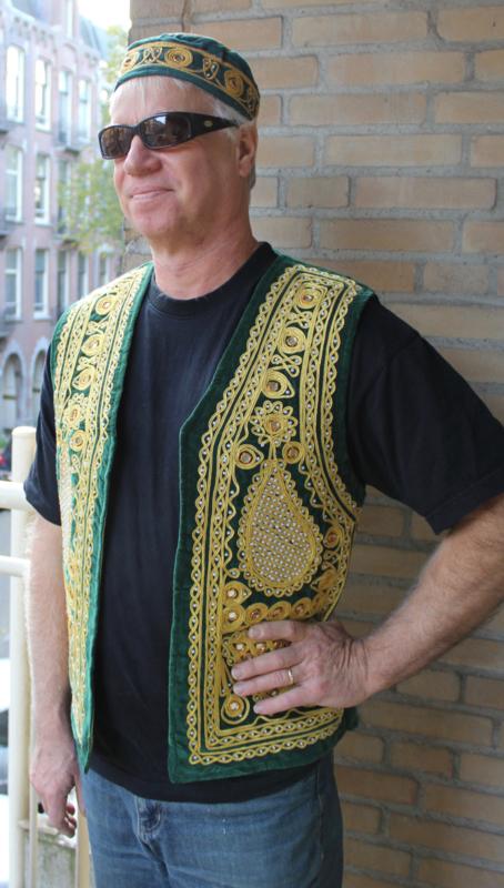 GROEN Fluwelen Gilet heren versierd met GOUDEN borduursel  en spiegeltjes- Large - GREEN velvet waistcoat for men, GOLDEN embroidery  and mirrors decorated