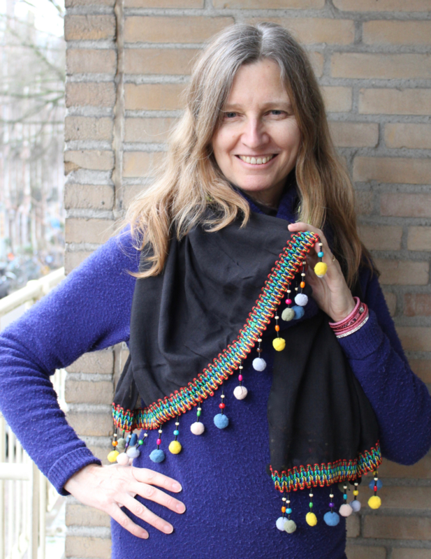 Boho hippie Bohemian lichtgewicht sjaal rechthoekig ZWART met multicolor kraaltjes en pomponnetjes band - 200 cm x 65 cm -  Lightweight BLACK Bohemian hippy shawl rectangle with MULTICOLOR band, beads and pompoms decorated
