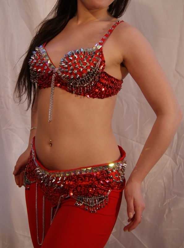Tribalicious :  2-delig Tribal setje van BH + heupgordel met spijker versiering en studs in ROOD ZILVER - 2-piece set Tribalicious fully sequinned BRA + hipbelt RED SILVER