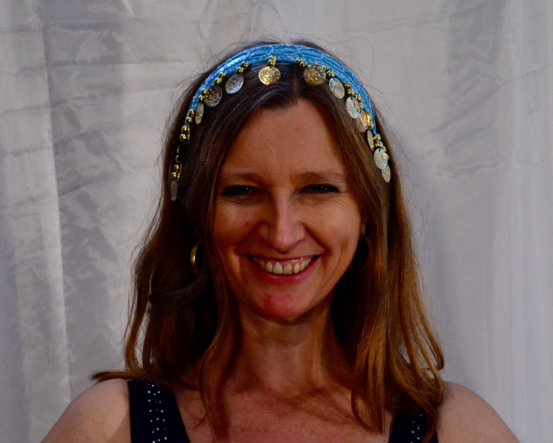 Diadeem tiara LICHT BLAUW met GOUDEN kraaltjes, glim-pailletjes en muntjes voor meisjes en dames - Tiara turquoise blue with GOLDEN beads, sequins and coins, girls and ladies