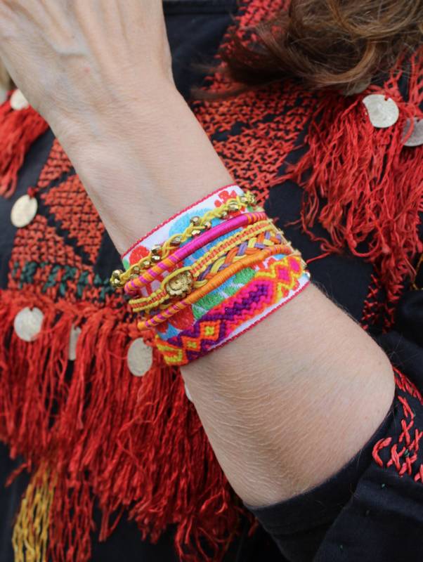 Multicolor Bohemian armband met glitter, kraaltjes, samengesteld uit verschillende armbandjes - Multicolor Boho composed woven and glitter bracelet